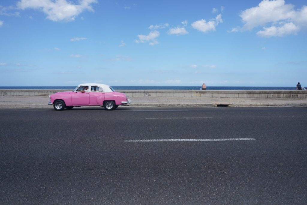 Pink car on the Málecon
